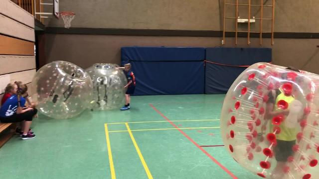 Bubble-Soccer bei der Schools-Out-Fete