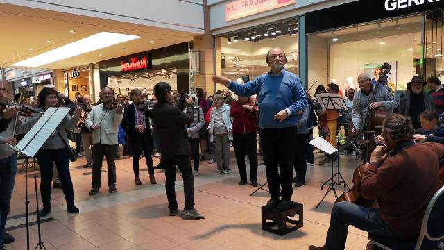 Flashmob im Citti-Park Kiel. Video: Esther Marake