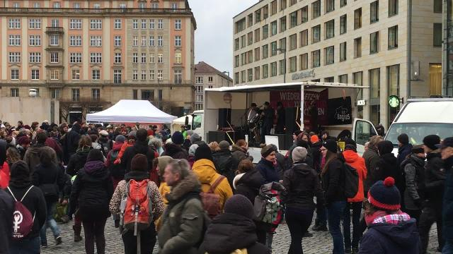 """Hope - fight racism"" demonstriert gegen die AfD."