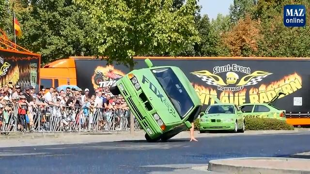 Auto-Stunts und Monstertrucks